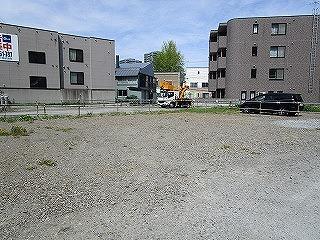 砂利の駐車場ですが、広くて停めやすいです。